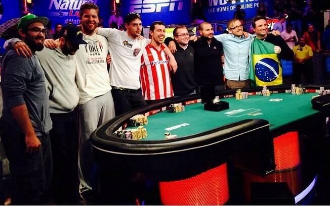 Bruno Foster (com a bandeira do Brasil) ao lado dos oito jogadores contra quem vai jogar no dia 10