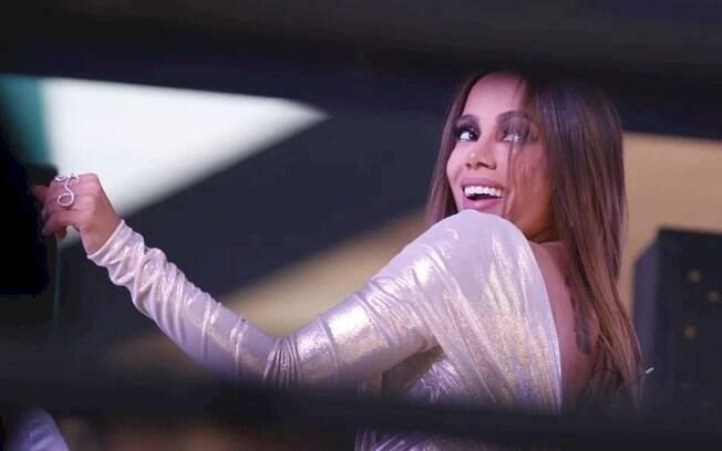 """Anitta comemora vacina contra o covid no Brasil e promete """"festival em casa"""""""
