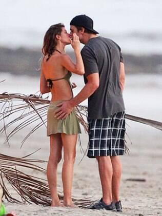 Gisele e Tom Brady foram flagrados em momento íntimo durante passeio em praia na Costa Rica