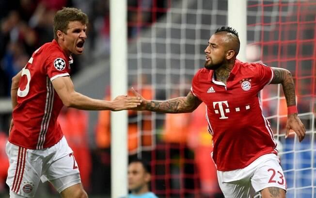 Vidal comemora com Müller o gol do Bayern de Munique sobre o Real Madrid