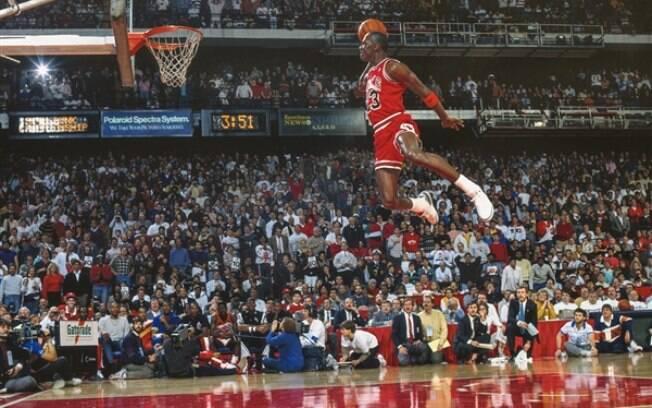 Michael Jordan 'voa' para fazer mais uma de suas enterradas