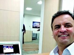 """Selfie. Em sua primeira postagem, Aécio Neves fez uma """"auto foto"""" com o perfil do Twitter ao fundo"""