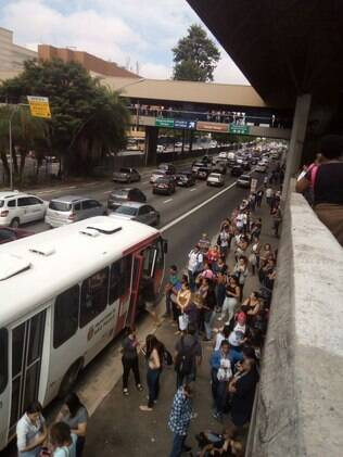 Ônibus voltaram a circular, aos poucos, na capital paulista e usuários fazem filas