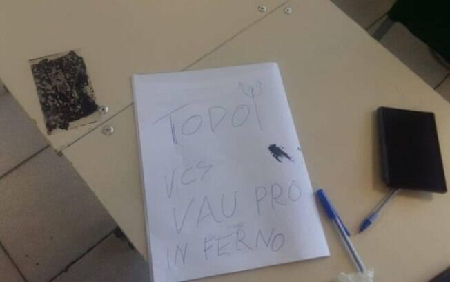 Além das urnas vandalizadas, bilhete com os dizeres