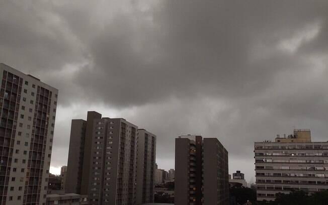 Céu da capital paulista escureceu durante a tarde desta terça-feira (20).