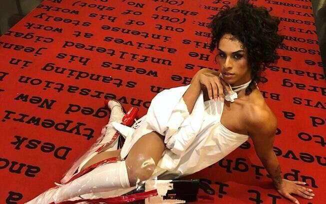 Linn da Quebrada no tapete vermelho do Festival de Berlim, na Alemanha, onde concorreu e ganhou o documentário