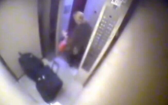 Elize deixa apartamento com as três malas nas quais guardou partes do corpo do marido