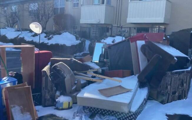 Invasores deixaram uma pilha de pertences para trás