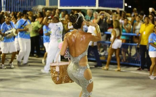 Carla Prata Ousa Sem Calcinha Em Ensaio T Cnico De Carnaval Foto