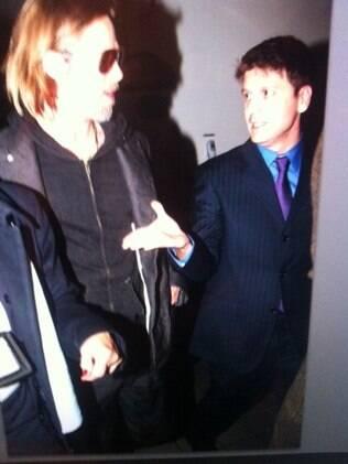 Brad Pitt ao ser abordado por Daniel,