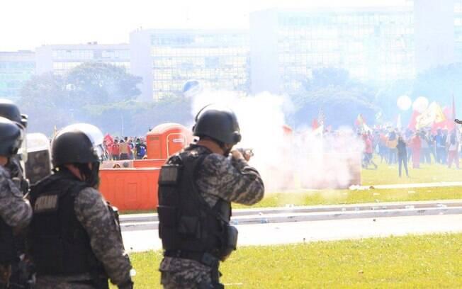 Manifestantes entram em confronto com a polícia durante ato contra o presidente Michel Temer em Brasília