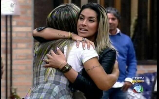 Dani Bolina e Joana Machado se abraçam forçadamente após a chegada da nova peoa