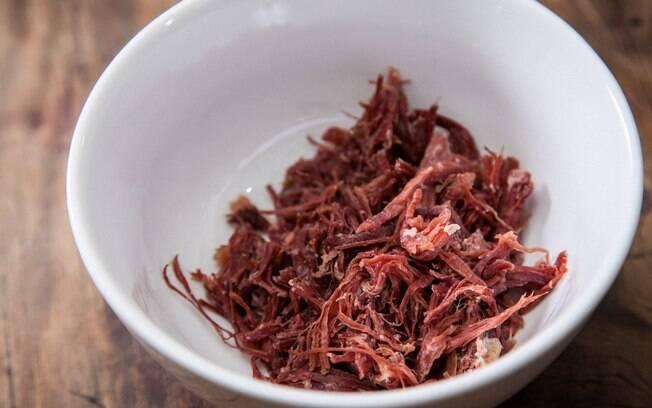 Secar a carne é um dos métodos mais tradicionais de conservação dos alimentos e pode ser feito em casa