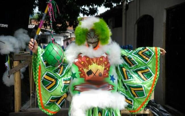 Bate-bola ou clóvis são nomes de fantasias de Carnaval compostas por máscara, roupa colorida e capa