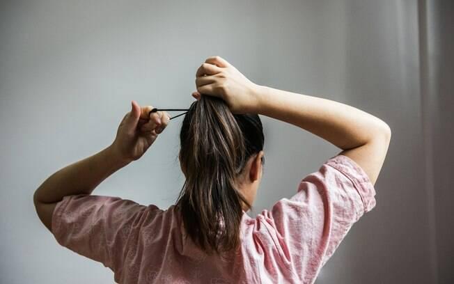 Prender o cabelo é uma prática muito comum no calor, mas é preciso atenção em como cuidar do cabelo nesta época
