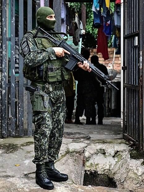 Policial do COE em patrulha na Operação Heliópolis