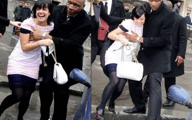 Foi por uma boa causa, mas o segurança de Lily Allen deu uma pegadinha nos seios da cantora