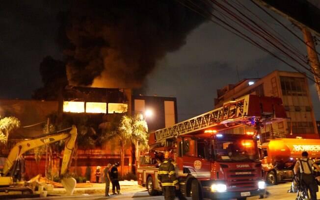 Incêndio ocorreu na Avenida Adolfo Pinheiro, número 500, e chegou a mobilizar 14 equipes de bombeiros