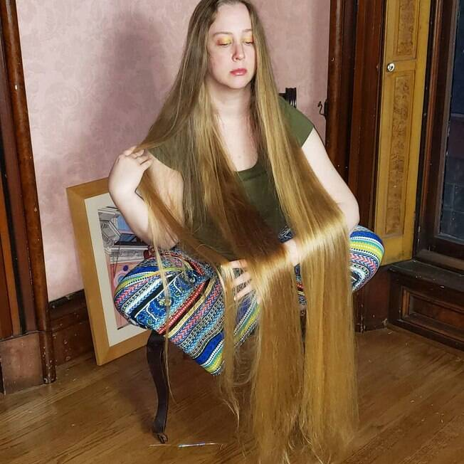 April mostrando seus enormes cabelos