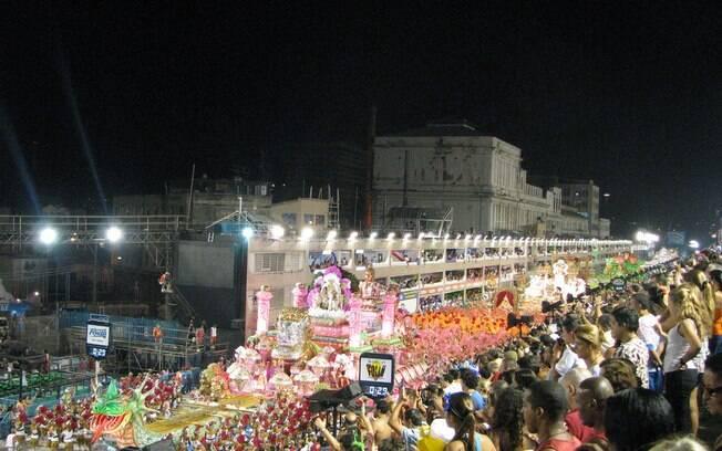 Com seu Sambódromo icônico, o Rio de Janeiro é um dos destinos favoritos de quem quer pular carnaval no Brasil