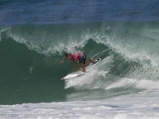 Adriano de Souza e Gabriel Medina deram show nas ondas da Barra da Tijuca e passaram de fase