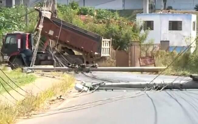 Caminhão com caçamba erguida causa queda de dois postes em Campinas