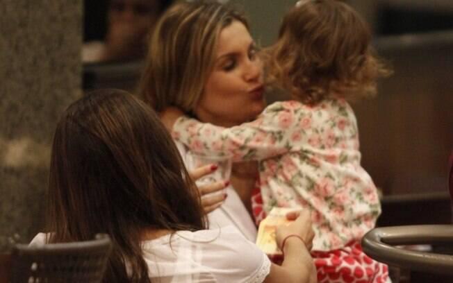 b402a875b9e62 Flávia Alessandra brinca com as filhas em shopping carioca - Gente - iG
