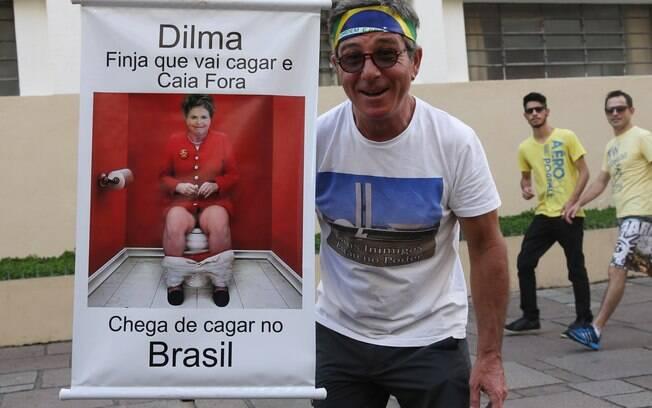 Manifestante exibe cartaz, durante ato contra governo Dilma. Foto: Orlando kissner/ Fotos Públicas