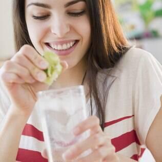 Se as manchas foram causadas por frutas cítricas, como limão, o tratamento pode ser peeling químico