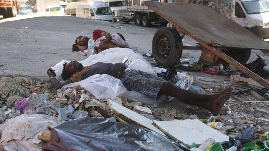 Pessoas em situação de rua dormem sob viaduto na Avenida Brasil, na Zona Norte do Rio.