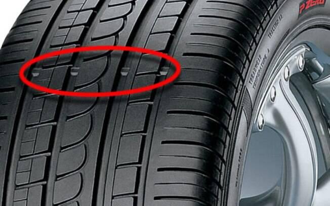 Cuidado com a faixa que indica o limite de desgaste do pneu. Se estiver no mesmo nível que a banda, significa que está careca e é hora de trocar.