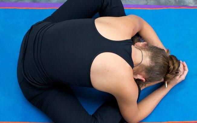 Esta postura pode ser feita como indica a imagem ou deitado no solo, trazendo os pés em direção à cabeça