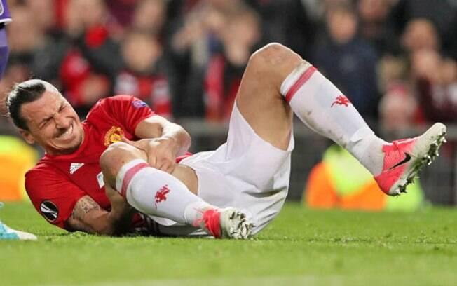 Ibrahimovic se machucou com gravidade e vai ficar quase 1 ano afastado dos gramados