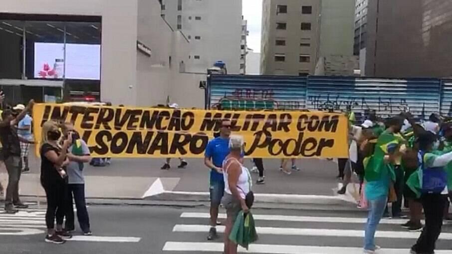 Manifestantes atacam o governador João Doria e pedem intervenção militar no Brasil
