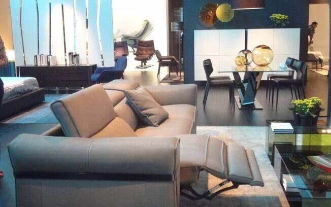 Em áreas multiuso é possível optar por sofás com partes extensíveis, como este modelo Natuzzi, que poderão trazer mais conforto aos momentos de relaxamento
