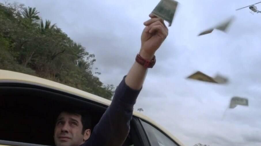 Agnaldo joga o dinheiro do roubo pela janela do carro