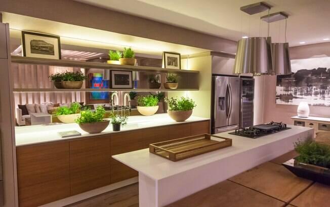 Adriana Consulin e Izilda Moraes planejaram o Home Gourmet, com cozinha e sala de visitas. Peças de design e muita madeira tratam de garantir conforto ao ambiente