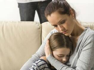 Inventar desculpas e fingir que seu filho nunca erra é um ato de superproteção que pode prejudicar a criança no futuro