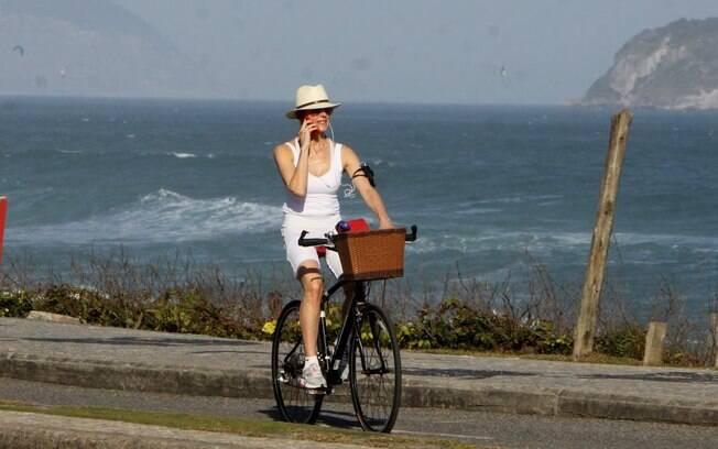 Christiane Torloni mostra que tem muito equilíbrio ao falar no celular enquanto pedala