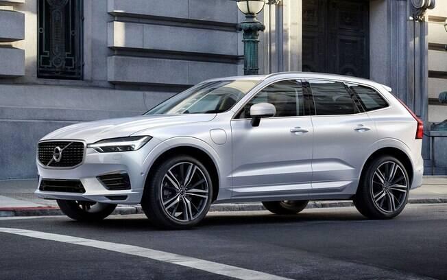 O Volvo XC60 ganhou design mais parecido com o XC90 e passa a ser equipado com sistema de direção quase autônoma