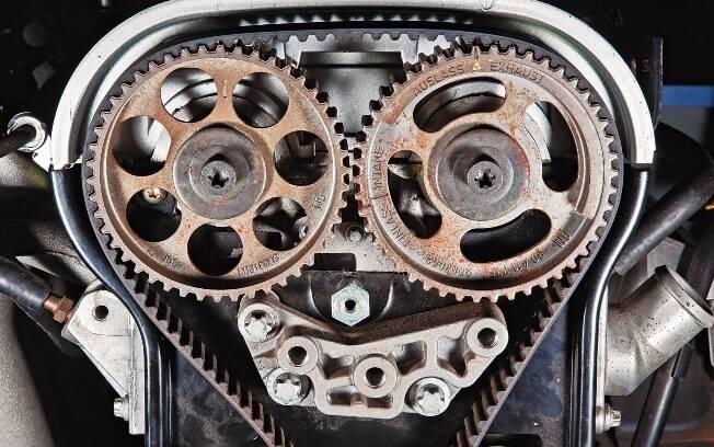 A correia dentada faz a sincronia dos eixos virabrequim e comando de válvulas. Se quebrar, será um show de peças voando