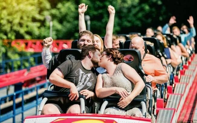 Ashley e Thom Marchetti celebraram o próprio casamento com muita adrenalina em uma queda de mais de 60 metros