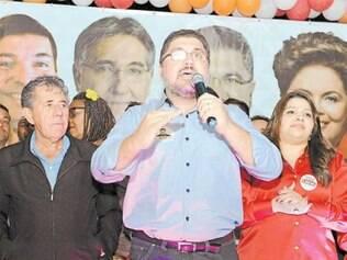 Ao lado do pai e da esposa, Antônio Carlos (PT) lançou sua campanha