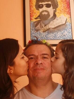Manoel gosta muito de interagir com as filhas, Bianca e Sofia, pintando, contando histórias de princesas ou brincando de arrumar o cabelo
