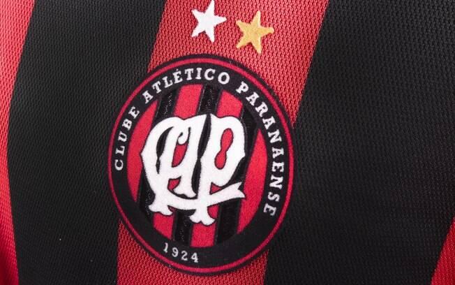 Detalhe do escudo do Atlético-PR no novo  uniforme do time