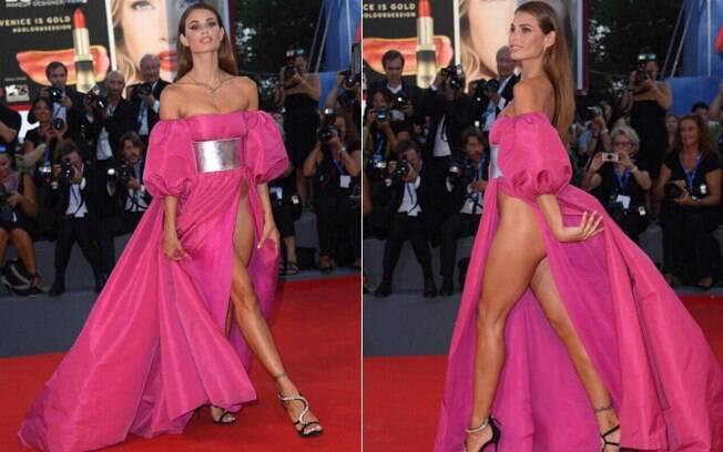 A modelo brasileira Dayane Mello causou polêmica com vestido ousado no Festival de Veneza