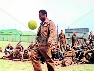 """Pelé aparece em """"Fuga para a Vitória"""", dirigido por John Huston"""