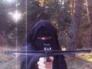Foto de Hayat Boumeddiene com um flecha