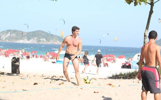 Márcio Garcia mostrou suas habilidades no futevôlei na tarde deste domingo (8), no Rio