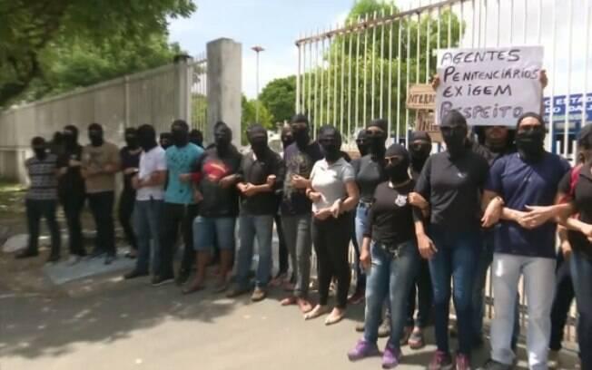 Familiares de policiais militares, civis e agentes penitenciários protestam em frente à Secretaria de Segurança Pública de Roraima por salários atrasados. Estado passará por intervenção federal